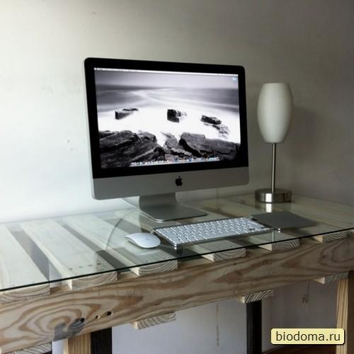 Столик из паллет покрыт морилкой, поставлен на нормальные ножки, а сверху еще хозяин и стекло положил. Получился классный компьютерный стол, вписывающийся в любой интерьер.