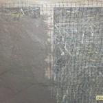 Глина на строительной сетке на стене