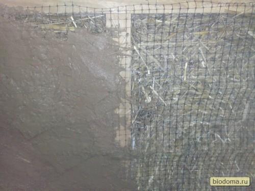 Итак, первые художественные штрихи на стене... Когда первый раз наносишь, всегда страшно - вдруг что-то пойдет не так)))) Тут на фото, кстати, видно, что сетка сверху не вплотную прилегает к соломе - реально туда ушло глины в итоге полведра... И сохла оно соответственно, и трещины потом все-таки появились в этих местах... Позже я решил от сетки отказаться - но оказалось, что тогда стена получается более волнистая. Решил вернуться все-таки к сетке и не жалеть глину...