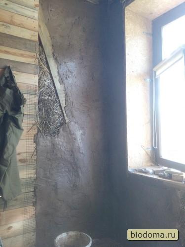 """Так выглядели стыки - переход от внешней соломенной стены к внутренним перегородкам. Последние затем планировал (и уже в этой комнате сделал) покрыть гипсовой шпатлевкой, а затем покрасить... Но тут суть в том, чтобы щель не оставалась - иначе может продувать, типа мостик холода и все такое... Кстати, тканевые жалюзи на окнах (кому интересно, можно перейти на сайт магазина) съедали свет и стена сохла намного дольше - так что """"закрывать сохнущие стены от прямых солнечных лучей"""", как кое-где советуют, я бы тоже не стал."""