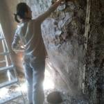 Гладим руками глиняные стены