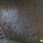 Первый слой глиняной штукатурки на стене