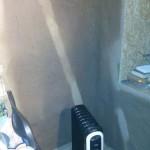 Обогреватель сушит глиняную стену