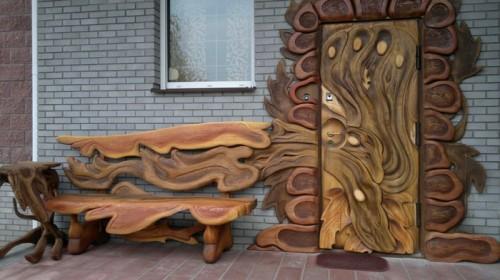 Железная дверь обита деревом