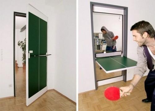 Межкомнатная деревянная дверь используется как теннисный стол