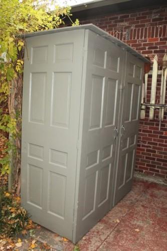 Уличный туалет из деревянных дверей